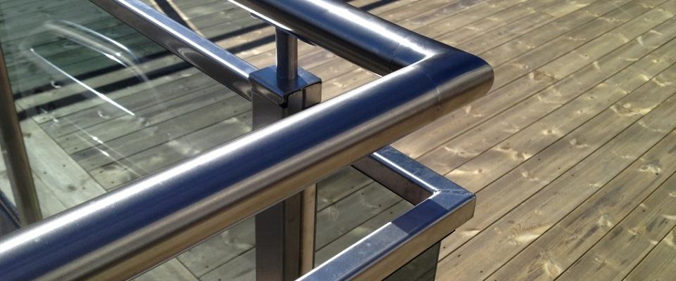 Håndløpere leveres i børstet rustfritt stål.